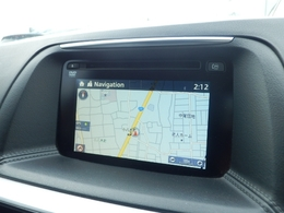 車両装備と連携したシンプルで扱いやすいマツコネナビ 手元を見ずに操作できるコマンダーや音声認識機能。視線移動の少ないセンターディスプレィによって運転に集中して安全に走りを楽しむことができます。