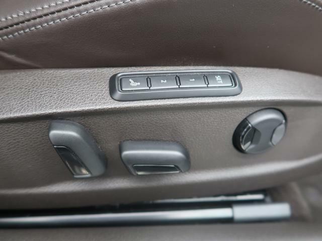 無段階調整式パワーシート 正しい乗車姿勢によって運転のしやすさと、万が一の際に乗員保護能力を最大限に高めます。