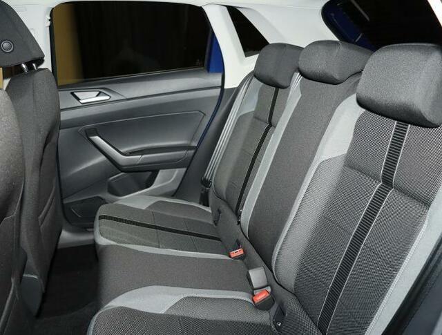 リヤシート【乗員がいない時はヘッドレストを下げて後方視界を確保します】