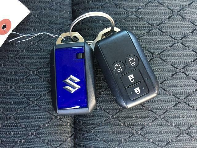スマートキー2本付き 後席スライドドアはスマートキーの遠隔操作でドアの開閉が可能です。