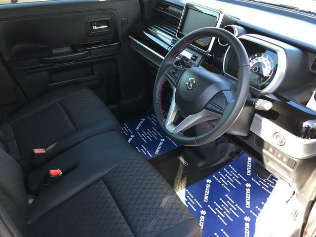 運転席回りは足元も広く、操作のしやすい!車内はいつも、スッキリ快適。