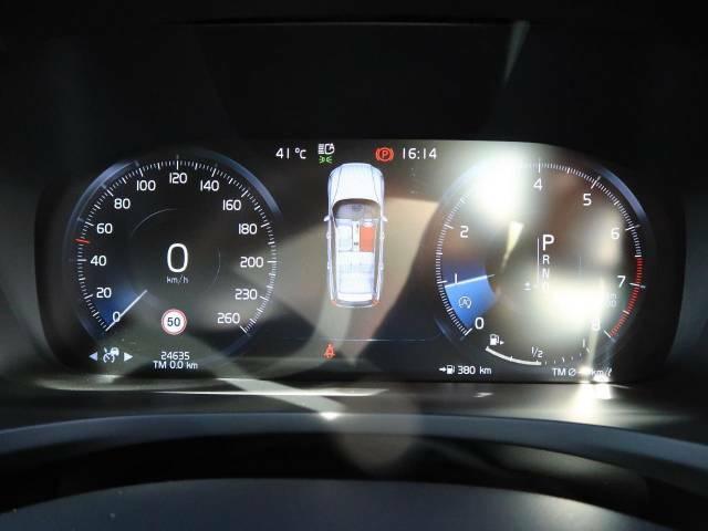 前方150メートル以内のすべての車両をモニタリングし、衝突の危険を感知したときには警告を発してブレーキが準備体制に入ります。ドライバーが警告に反応しなかった場合は自動的にフルブレーキが作動します。