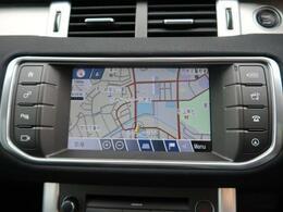タッチスクリーンに対応した純正DVDナビゲーションシステムを装備。スマートフォンなどからのBluetooth接続やデジタルテレビも装備されています。