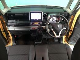 収納スペースが多く機能的な運転席周りです。
