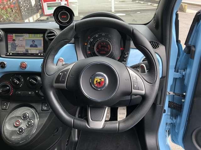 ステアリングのボタンで音量調節などができます!運転中の操作も目を離さず行えるので安全です。