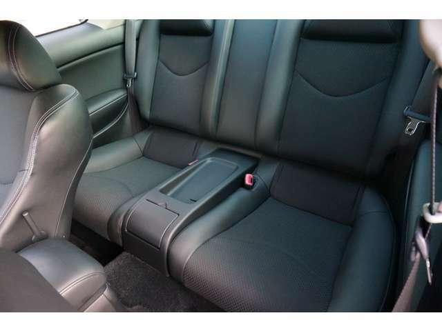 トランクスルーも可能な後部座席も大事に扱われているように感じました。V35と比べるとルーフ部分が若干下がっています。