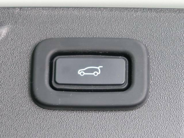 オートマチックリアゲート。ボタン操作一つでリアゲートの自動開閉をおこないます。女性にも喜ばれるポイントの高い装備ではないでしょうか。