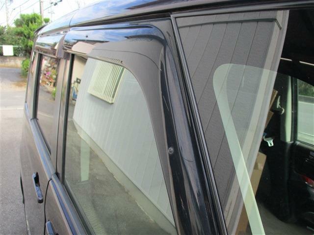 ドアバイザーが付いておりますので雨の日でも外気の取り入れが可能です!あると便利なパーツです!