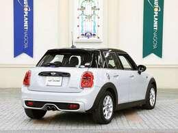ボディカラーは「ホワイトシルバー」という、オプションのメタリックカラー。5ドア。5名乗車が可能です。 [ボディサイズ]全長4015mm×全幅1725mm×全高1445mm [車両重量]1320kg