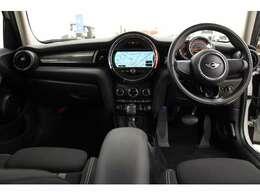 細部にまでこだわり抜いたおしゃれなセンスと、ドイツ車らしい骨太な加速感を兼ね備えたMINIクーパー。こちらのお車は、スポーツドライブに特化したグレードの「クーパーS」でございます。