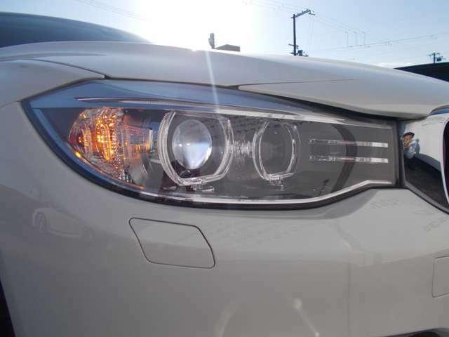 スモールライトはBMWの丸目4灯を強調するリングのイルミネーションで夜間雨天時でも快適に視野を照らすキセノンヘッドライトを装備。明暗を感知し自動で点灯、消灯するオートライト付き。