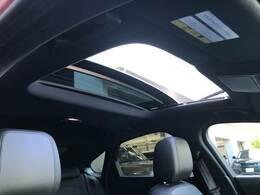 明るく開放的な光を生み出し広々とした空間を演出する電動サンルーフ!ダークティンテッド強化ガラスは快適な車内温度を維持し日差しの影響を抑えるとともにプライバシーを保つ。電動サンブラインドも装備!