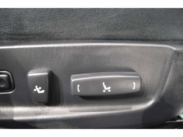 電動シート装備!無段階で角度調整ができ、ドライビングポジションがとりやすいです!