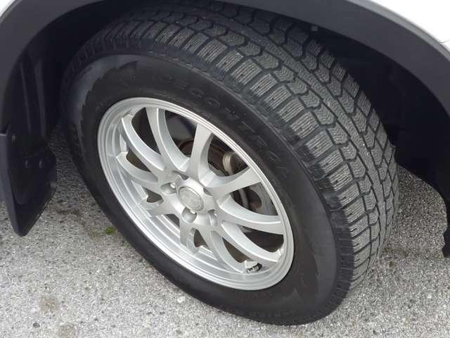 スタッドレスタイヤです。純正の夏タイヤも付いておりますのでご安心ください!