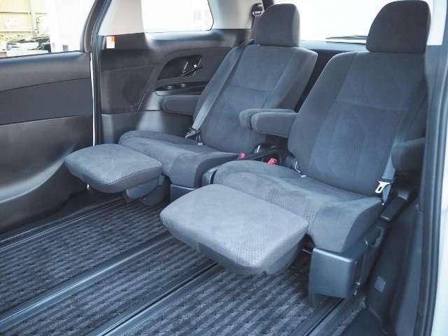最大800mmの超ロングスライドから生まれるくつろぎの空間。ゆったりと脚を伸ばして車室内の滞在をお楽しみください。スーパーリラックスシート!