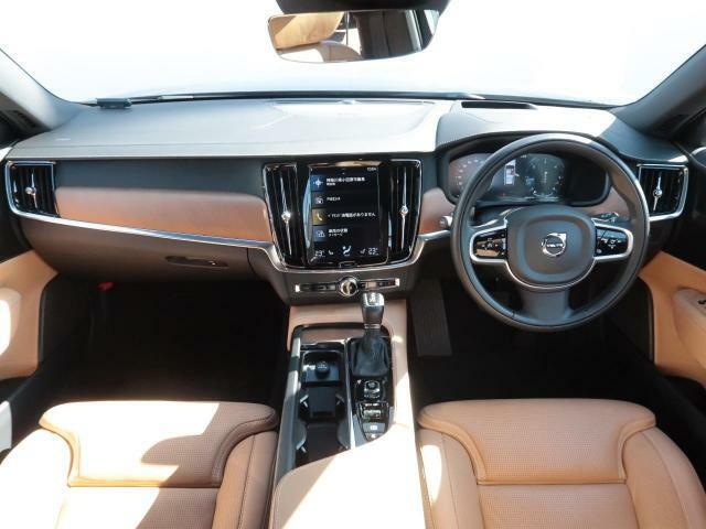 弊社デモカーV90現行モデルが認定中古車で登場!!全席シートヒーター付き、さらにステアリングヒーターも装備。タッチパネル式ナビに様々な機能を集約♪人気のディーゼル車のため、お早めにご検討ください!