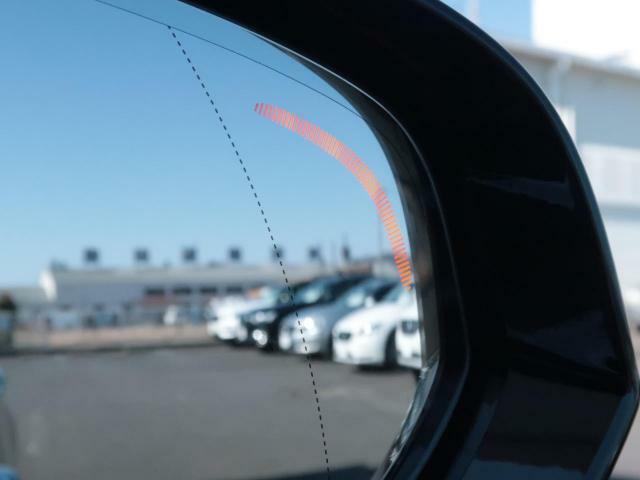 ◆BLIS(ブラインドスポットインフォメーション)『右斜め後ろを平行して走る車を認識し、車線変更の際に危険を察知するとドライバーへ警告を促します。ボルボは世界のメーカーの中で先駆けて採用しています。』