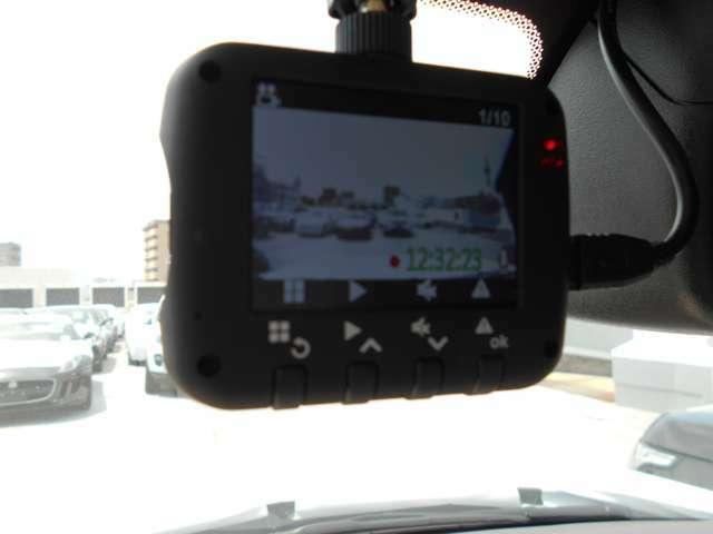 2.0インチTFT液晶モニター付き/長時間録画可能モデル。いざというとき自動で映像を保存します。