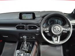 アクティブ・ドライビング・ディスプレイ付。車速や速度制限、一時停止等の交通標識を表示し、走行時に必要な情報をフロントガラスに投影!少ない視線移動で確認ができます!