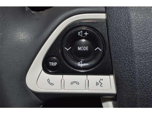 ◎ステアリングスイッチ◎ハンドルにスイッチが付いております!オーディオの操作をお手元ですることができるという、とっても便利な装備です!わざわざインパネのオーディオに手を伸ばす必要がなくなります!