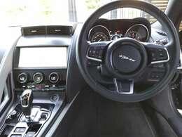 操作性重視の運転席。