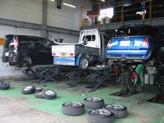 新潟運輸局認証工場を完備しています。車検・一般整備まで、お客様のお車を専門スタッフが整備、お任せ下さい。スタッフ一同