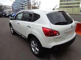 人気のカラー、冬道も安心4WD ATです。