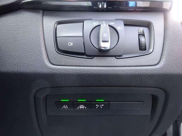 運転席手元のパネルです。ヘッドライト点灯/消灯、メーターイルミ、レーンチェンジウォーニング、前車接近・追突回避・被害軽減ブレーキ、レーンデパーチャーウォーニングの各スイッチです。