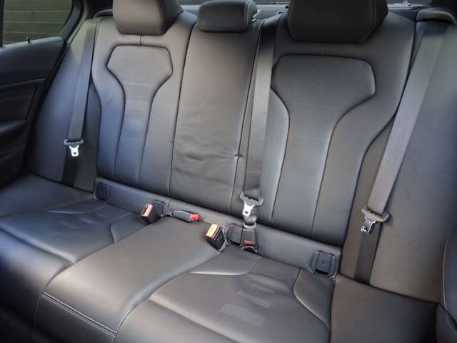 後席シートです。工夫された設計で、ゆったり座れます。状態がとても良くキレイです。