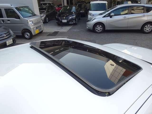 電動ガラスサンルーフ付きです。車内の開放感はもちろん、ちょっとした換気にもとても便利です。