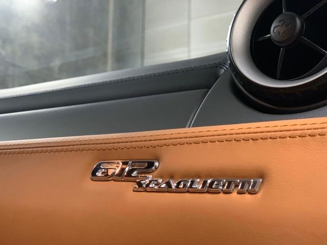 『612』は6リッター、12気筒エンジンから612となり『スカリエッティ』というのはフェラーリ傘下のカロッツェリアのオーナーのセルジオスカリエッティの名に由来します。