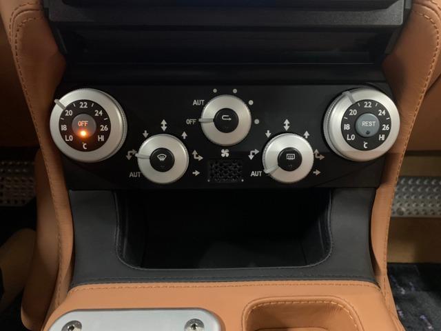 運転席、助手席が独立した操作しやすいエアコンになります。