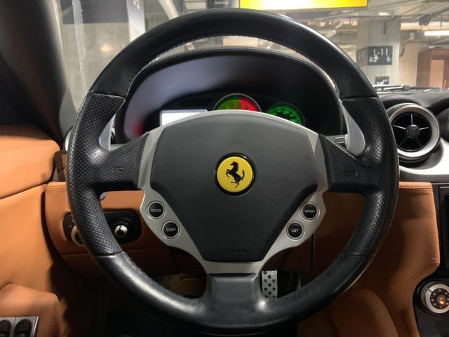 456や575の時代にはなかったステリングのボタンはこの時期のフェラーリから採用されました。