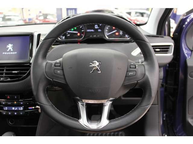 運転しやすい小径ステアリングが採用されております。