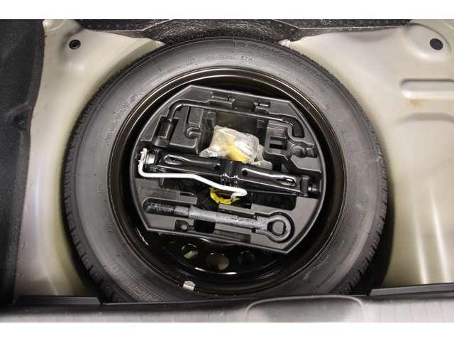 スペアタイヤや工具が車載されております。