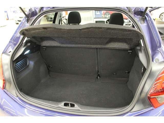 トランクにはトノカバーが装備されており、荷物の目隠しが可能です。
