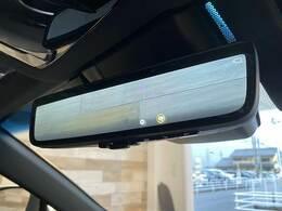 【デジタルインナーミラー】人や物で視界が遮られたり、天候によって後方をクリアに確認できない場合、後方の状況をクリアな画像で確認でき、通常のルームミラーに切り替えて後席の様子を確認することもできます。