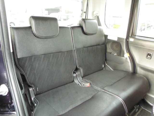 後部座席の状態も良いです。足元にはマットがついています。