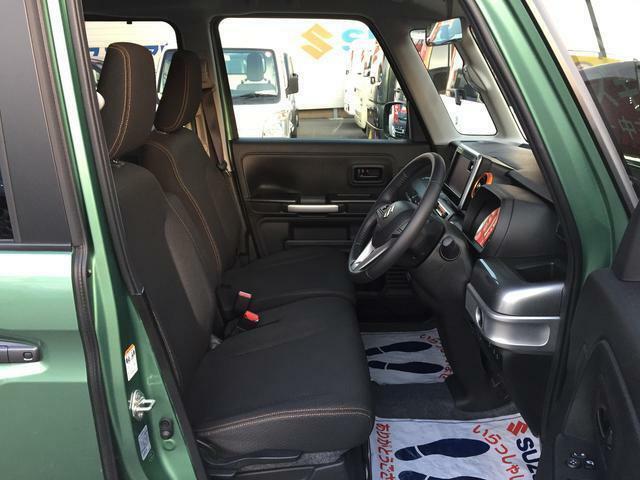 足元も広く、操作のしやすい運転席!