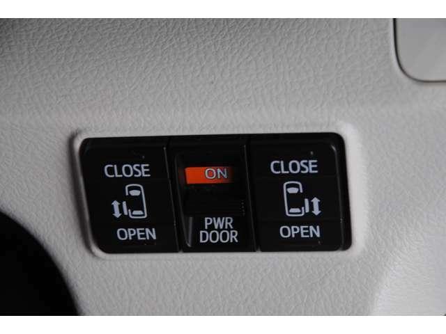 【両側電動スライドドア】狭い場所でもドアを全開にでき、チャイルドロックを使っても運転席のスイッチを操作するだけでドアの開け閉めが可能です