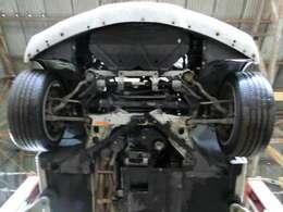 掲載に当たり下回りを入念にチェックいたしました。アンダーカバーを外したフロント周り、エンジン中心の画像です。サビ等は少なくこれ程の状態を保っております。