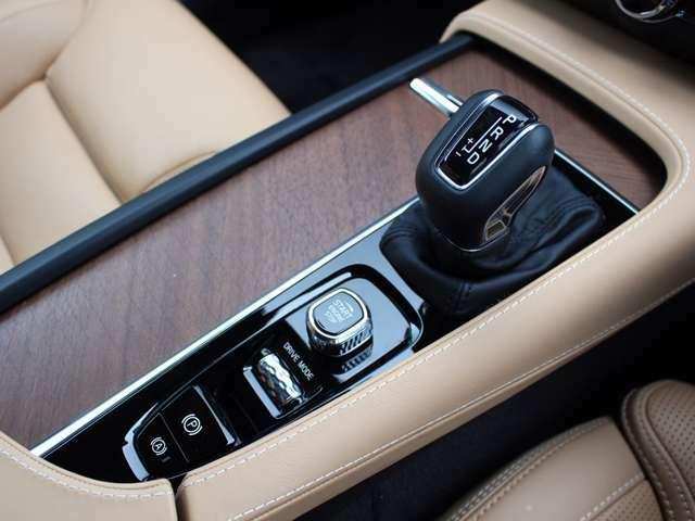 ターボ+スーパーチーャジャーのダブル過給で、2Lながら317PS(カタログ値)のパワーを8速ATと電子制御AWDが伝達します。