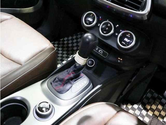 細部までレザーを用いた作り込みはイタリア車ならではですね!ボタンが付いているのもポイントです!