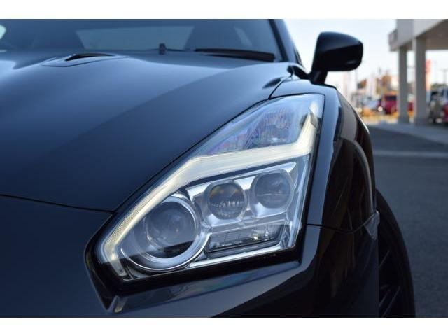 雷光の様にデザインされたヘッドランプはGTRの走りのポテンシャルをイメージした稲妻を思わせるデザインで夜間も存在をアピールいたします。