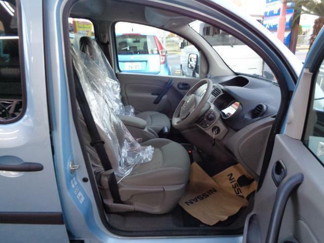 運転席はシートの高さ調節が出来ます!