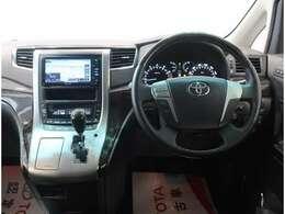 運転席に座ってみると、使い易い位置にスイッチ類があるのがわかると思います。是非