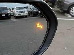 【 ブラインドスポットモニター 】高速道路走行時、白線や前方のクルマを検知し、ハンドル操作のサポートや一定の車間距離での走行を支援する機能です。