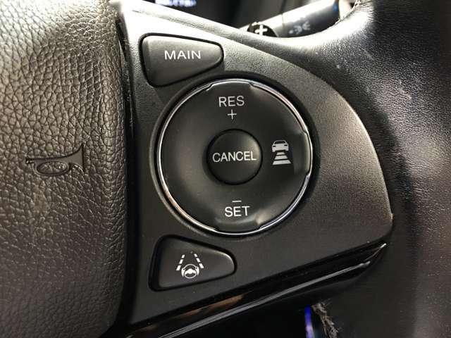 【レーダークルーズコントロール】先行車が停止した時は自車も停止して停止状態を保持、先行車が発進した時はドライバー操作により発進し、追従走行を再開します。