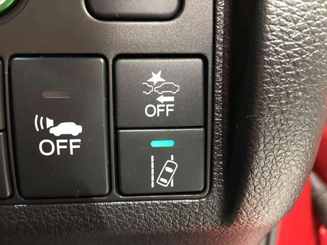 【ホンダセンシング】衝突軽減ブレーキ、車線逸脱抑制、誤発進抑制機能などの予防安全機能をセットで装備。さらにアダプティブクルーズコントロール、オートハイビーム機能が快適なドライブをアシストします。