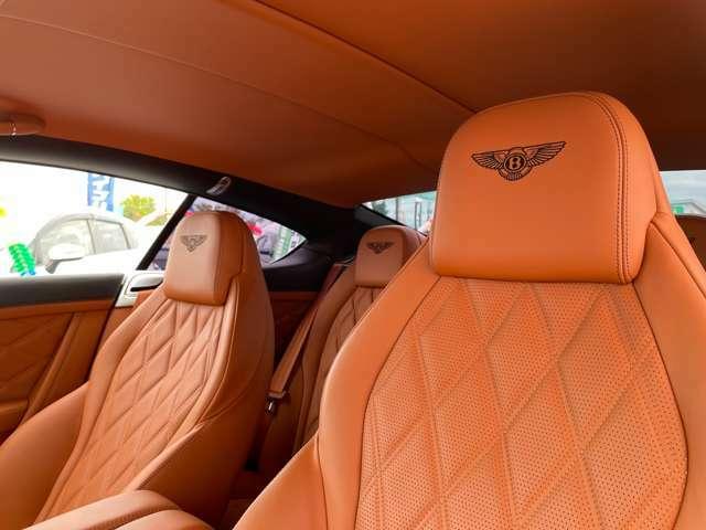 運転席になります。キャメルレザーになっており、とても座り心地良いです。